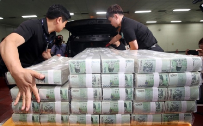 The country's current account surplus reached US$7.43 billion in November, down slightly from a surplus of $8.03 billion a year earlier, according to the preliminary data from the Bank of Korea (BOK). (Image: Yonhap)