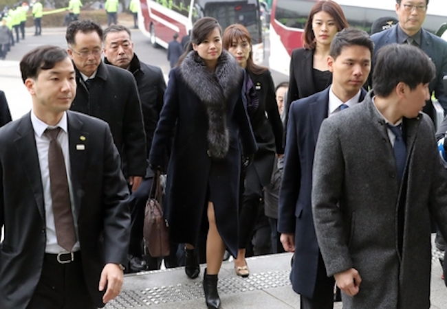 Dressed in a dark coat with fox tail muffler draped around her neck and a leather handbag hanging from her right hand, Hyun appeared neither overwhelmed nor shocked by the media frenzy before her, as she quickly strode into the building. (Image: Yonhap)