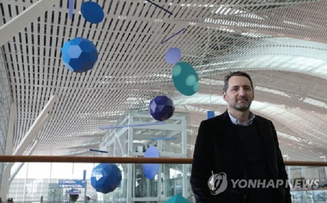 On January 11, Xavier Veilhan was on location taking in the view. One of the leading figures in modern art and the French arts scene, the architect of the Great Mobile explained the reasoning behind his latest creation. (Image: Yonhap)