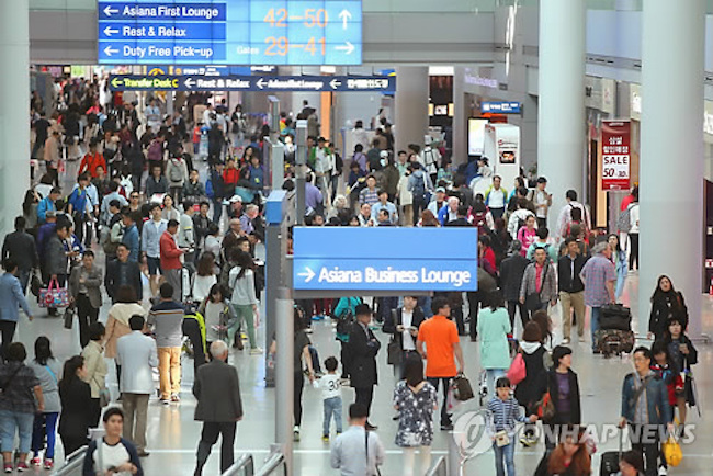 According to figures provided by the Ministry of Justice, 53.4 million South Koreans traveled abroad last year, 17.9 percent (8.13 million) more than the previous year. (Image: Yonhap)
