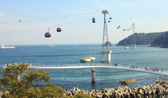 During poor weather conditions with high wind speeds of 15 m/s or higher, the cable cars on Songdo Beach are closed. (Image: Yonhap)