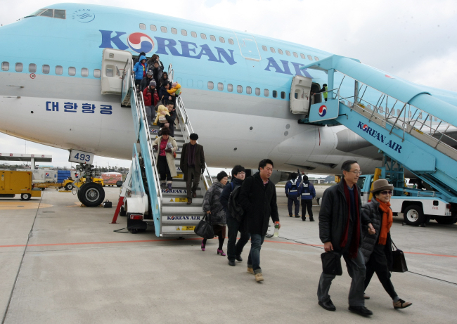 South Korea's air passenger traffic reached a new record high last year on growing travel demand, while flight delays declined due to improved schedule management, the transport ministry said Sunday. (Image: Yonhap)