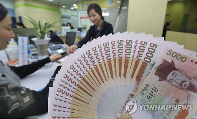 Expecting large numbers seeking fresh money, one Nonghyup Bank location in North Chungcheong Province set a cap of 300,000 won in exchangeable bills per head, but low demand has rendered the limit unnecessary. (Image: Yonhap)