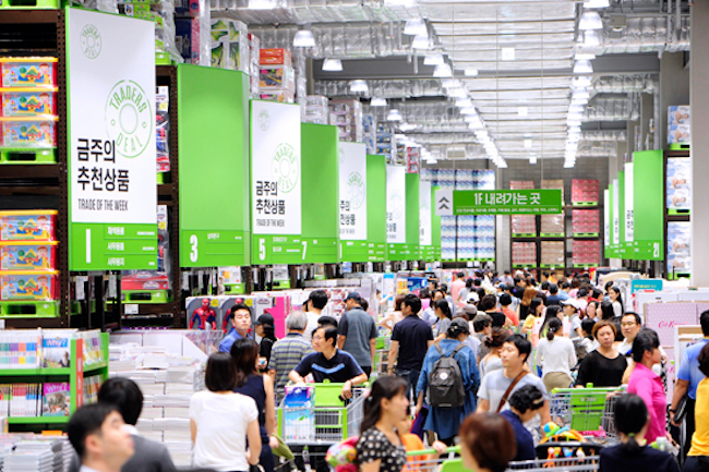 E-Mart Inc., South Korea's largest discount store chain operator, said Thursday it aims to achieve 1.9 trillion won (US$1.76 billion) in sales from its warehouse-style stores this year as it attempts to revitalize offline shopping outlets in the face of tougher competition from online malls. (Image: Yonhap)