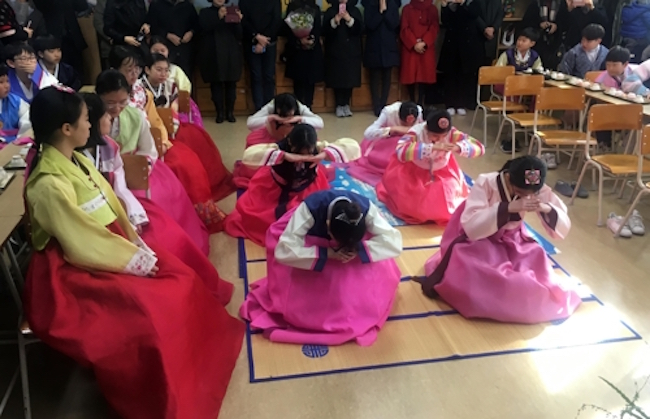 In the midst of a mid-February stretch when graduation ceremonies nationwide are seemingly held every other day, students, parents, and educators are taking pains to commemorate youngsters' achievements in creative and beneficial ways. (Image: Yonhap)