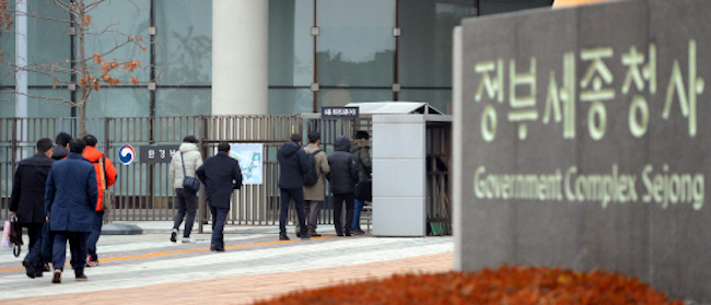 South Korea's statistics authority announced on February 27 its figures on public sector employment in 2016, which revealed average job longevity to be three times longer for public employees than private. (Image: Yonhap)
