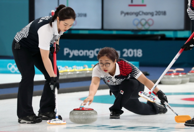 Going by the revenues convenience store chain 7-Eleven pulled in from February 9 through 24 – the dates when key South Korean performances were held at the PyeongChang 2018 Winter Olympics – the winter sport category most rooted for was women's curling. (Image: Yonhap)