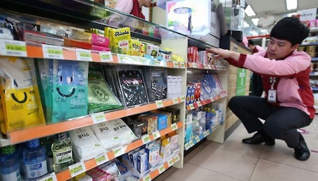 A study conducted by the Seoul Metropolitan Government into the working conditions of franchise convenience store owners has found that almost 40 percent are not able to take even a single day off work each year. (Image: Yonhap)
