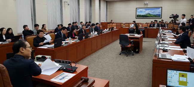 A South Korean parliamentary committee on Tuesday passed a bill aimed at shortening legal working hours despite businesses' concerns over its possible impact on corporate productivity. (Image: Yonhap)