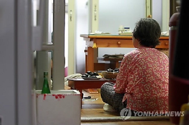Yeonje District will undertake an inspection of the 3,126 single-person households on public assistance in its boundaries before going forward with the distribution of the LED sensor lights. (Image: Yonhap)