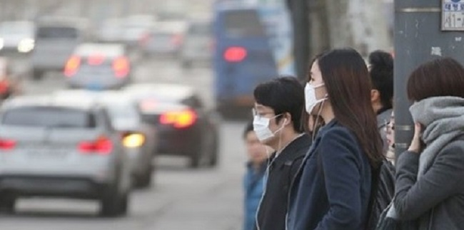 Though sales of dust masks have skyrocketed in the past month as the country has resurfaced after being blanketed with periods of terrible air quality, a survey has found that most South Koreans consider masks to be too expensive. (Image: Yonhap)