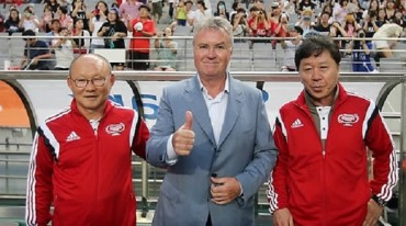 Vietnam's S. Korean Hiddink Returns Home to Fanfare