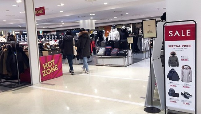 South Korean department stores saw their sales fall last year, as the use of online platforms has fully caught on with local consumers due to its fast delivery and convenient payment options, government data showed Friday. (Image: Yonhap)