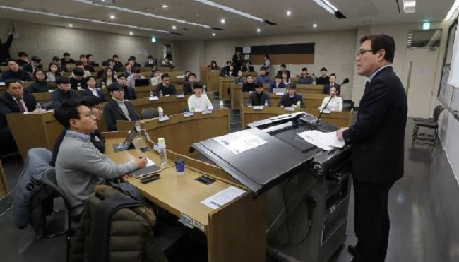 Financial Services Commission head Choi Jong-gu spoke at length about the measures planned for banks, insurance firms, trusts and investment firms to facilitate job growth and innovation at Yonsei University on February 5. (Image: Yonhap)