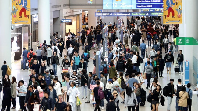 Recent data from Mode Tour has revealed that the number of South Korean seniors who traveled abroad last year accounted for 18.5 percent of all outbound tourists, up nearly 1 percent. (Image Yonhap)