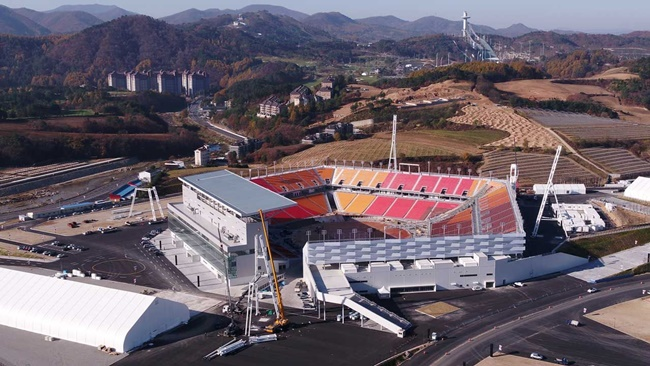 Around 35,000 spectators are expected to attend the Winter Olympics opening ceremony out in the cold at the roofless PyeongChang Olympic Stadium this Friday, with officials scrambling to ensure that those present are as comfortable as possible. (Image: Yonhap)