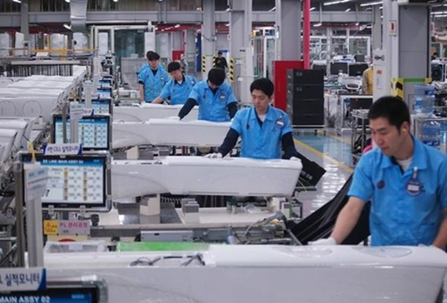 Electronics companies operate manufacturing lines for air conditioners at full capacity during the spring and summer. (Image: Samsung Electronics)
