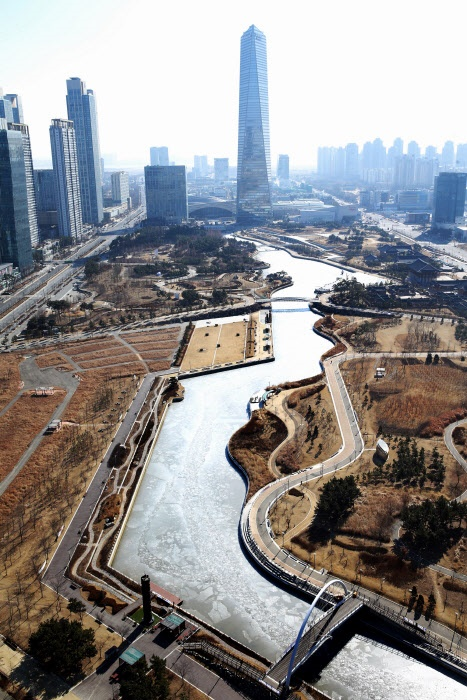 With temperatures plunging below minus 10 degrees Celsius, the waters around Songdo Central Park have frozen. (Image: Yonhap)