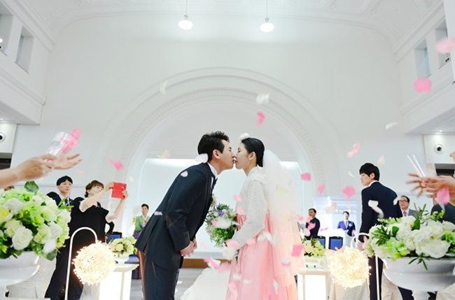 Applications for the 'mini wedding' service are open until the March 9 for couples who wish to marry at either Seoul Citizens Hall or City Hall. (Image: Seoul Metropolitan Government)