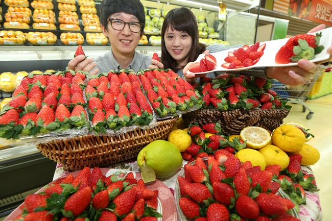 Though apples and pears are typically used, strawberries and bananas have emerged as new popular options. (Image: Yonhap)