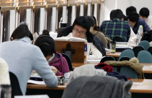 An increasing number of university students from low-income households will receive tuition discounts of up to 50 percent from this year. (Image: Yonhap)