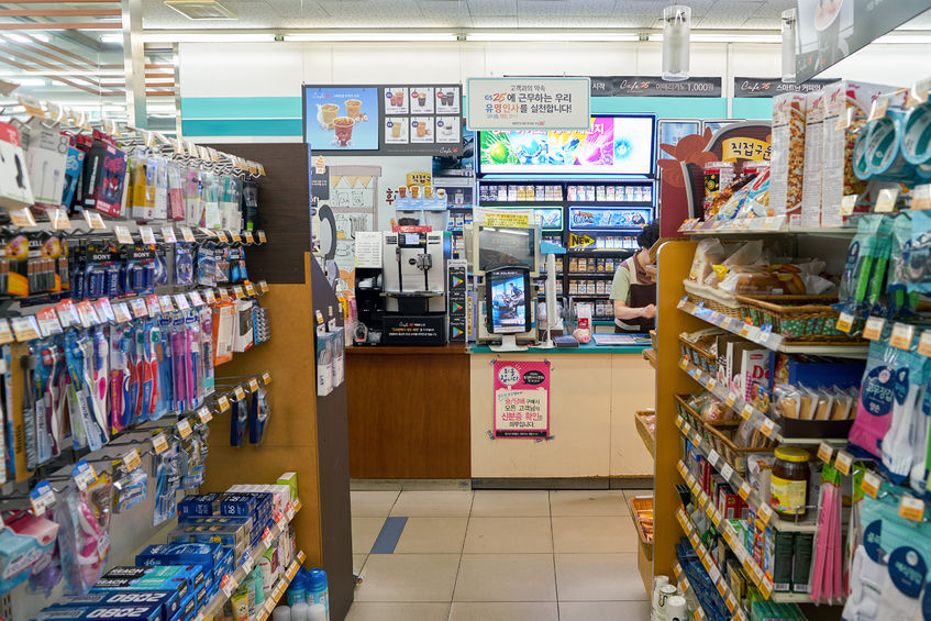 Nearly 95 percent of the products sold at convenience stores are food and beverages, according to industry sources, but an increasing number of convenience store chains are expanding their offerings in a move to attract new customers. (Image: Kobiz Media)