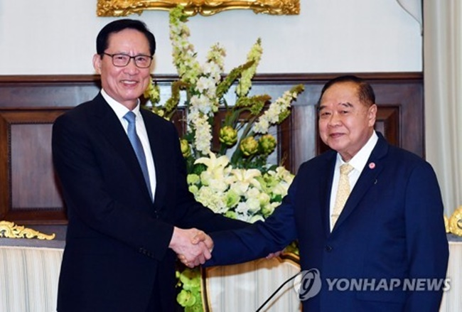In talks with his Thai counterpart, Prawit Wongsuwon, in Bangkok, Defense Minister Song Young-moo reaffirmed South Korea's bid to supply the Southeast Asian nation with another frigate, according to Song's ministry. (Image: Yonhap)