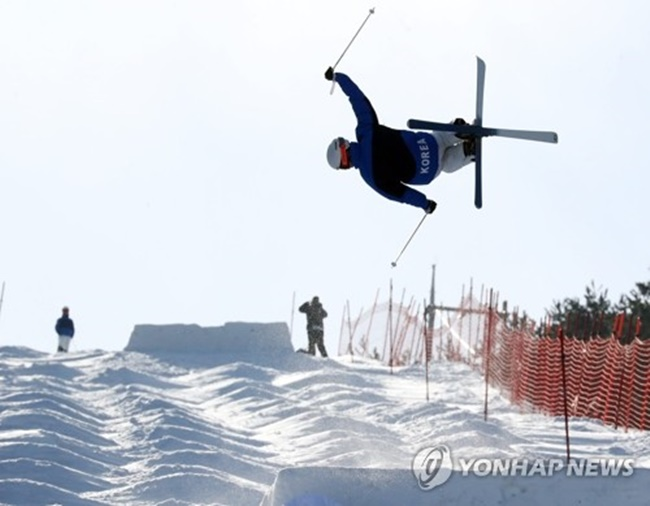 South Korean mogul skier Seo Myung-joon makes a jump while practicing at a ski resort in Hoengseong County, Gangwon Province, on Feb. 2, 2018. (Image: Yonhap)