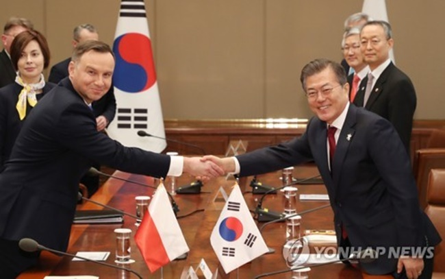South Korean President Moon Jae-in (R) shakes hands with his Polish counterpart Andrzej Duda before the start of their bilateral summit at his office Cheong Wa Dae in Seoul on Feb. 8, 2018. (Image: Yonhap)