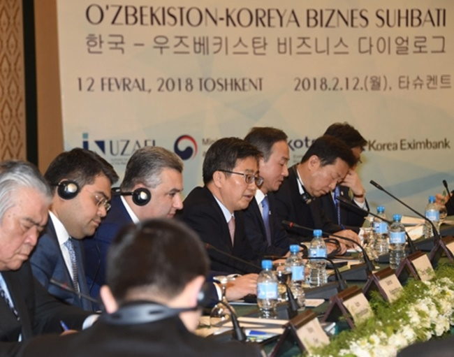 South Korean Finance Minister Kim Dong-yeon (4th from R) speaks during a meeting in Tashkent, Uzbekistan, on Feb. 12, 2018. The meeting was attended by businessmen and government officials from both countries. (Image: Ministry of Finance)