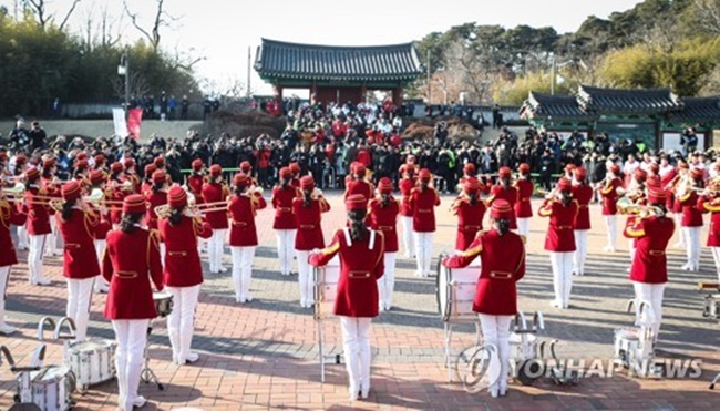N.K. Cheering Squad Stages Surprise Performance During Trip to Tourist Attraction