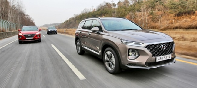 This photo taken on Feb. 21, 2018 shows the all-new Santa Fe SUVs running on a motorway near Seoul in a media test drive event. (Image: Hyundai Motor Co.)