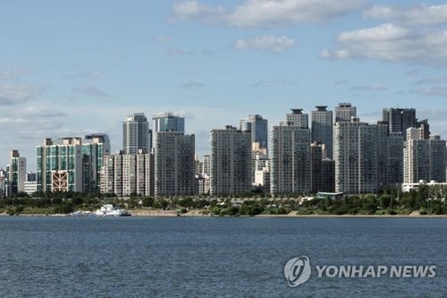 """""""As property prices recover, parents seem to have considered the possibility of children and grandchildren's assets growing in value,"""" the Hana Institute of Finance said. (Image: Yonhap)"""