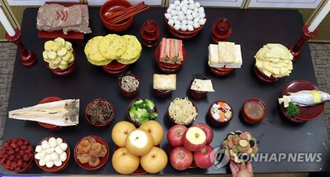 An increasing number of households are using strawberries and bananas for ancestral memorial rites during the Lunar New Year. (Image: Yonhap)