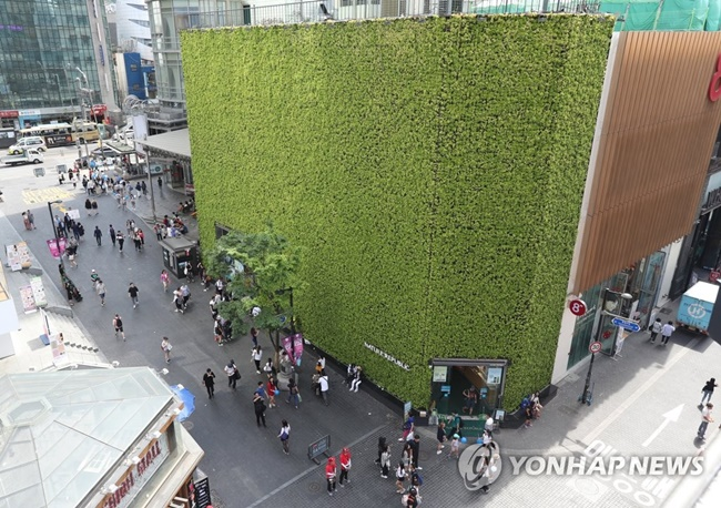 Cosmetic chain Nature Republic's flagship store in Myeong-dong has been named the most expensive commercial property in South Korea for the 15th consecutive year, new government data has revealed. (Image: Yonhap)