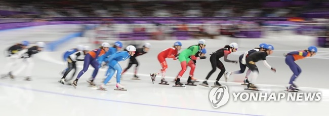 South Korean speed skaters who competed in mass-start races are facing controversy as confused viewers question some athletes' decision to make sacrifices for other team members, but experts say team play is essential in this type of competition. (Image: Yonhap)