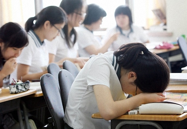 Nearly one in four high school students in South Korea sleeps fewer than six hours at night due to excessive studying, according to a survey conducted by the Ministry of Education last year. (Image: Yonhap)