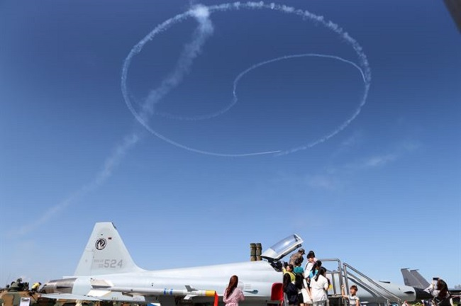 South Korea's Air Force said Tuesday that its Black Eagles, one of Asia's best acrobatic flight teams, will perform a show at the Singapore Airshow to open later in the day. (Image: Yonhap)