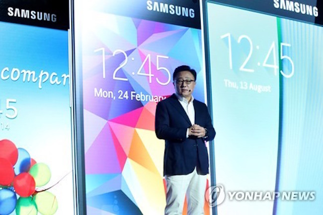 Samsung Electronics Co. and its rival LG Electronics Inc. are likely to release their new smartphones in early March, setting the stage for heated competition between the two, industry sources said Wednesday. (Image: Yonhap)