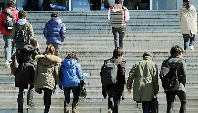 An estimated 600,000 students, accounting for 28 percent of all university students in South Korea, and 75 percent of all recipients of national scholarship programs, will pay only half of their tuition fees. (Image: Yonhap)