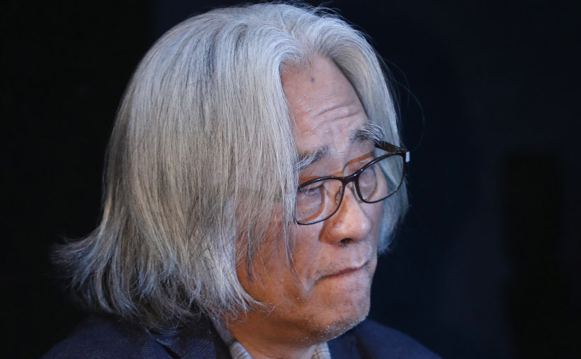 Lee Youn-taek, a prominent playwright and director, speaks during a news conference in Seoul on Feb. 19, 2018 to apologize for his sexual abuse (image: Yonhap)