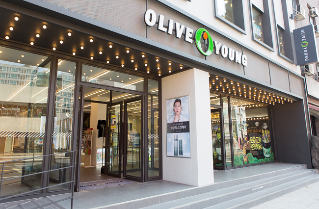 Franchise drug store Olive Young's decision to attract online shoppers who rely heavily on overseas direct purchasing by stocking its stores with popular foreign items is paying off. (Image: CJ Blog)