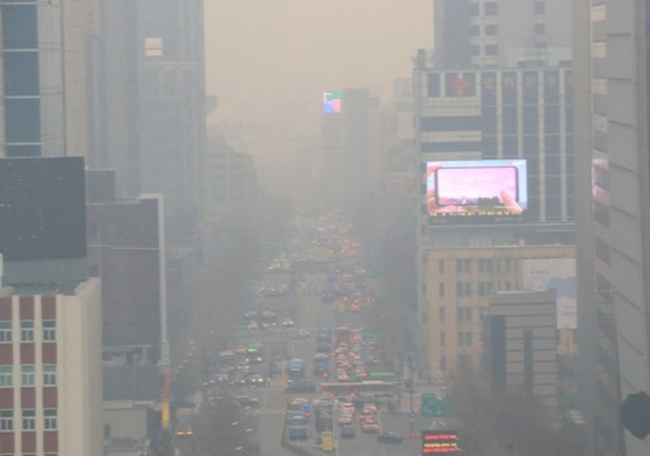 According to data released by Daumsoft at a symposium on fine dust issues today, the number of South Koreans considering emigration for environmental issues has risen tenfold over the last two years. (Image: Yonhap)