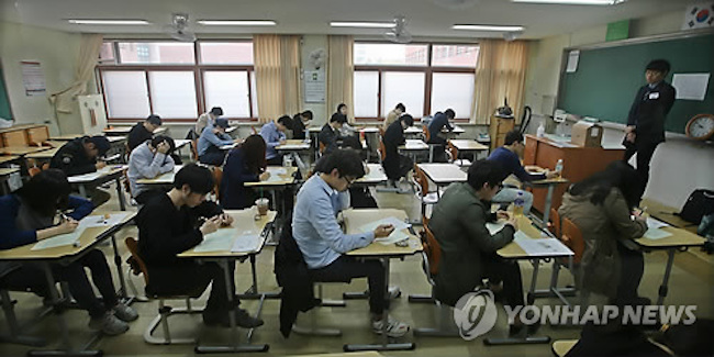 Meanwhile, the number of young adults preparing for placement exams for corporate, government, state-operated entity and media jobs went from 919,000 in 2008 (6.8 percent of young adult population) to 1.06 million in 2016 (10.3 percent). (Image: Yonhap)