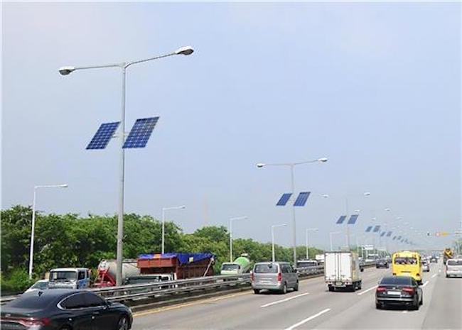 There are 3,400 street lights in total along the Gangbyeon Expressway, of which around 2,000 are located in areas receiving sufficient sunshine. (Image: Seoul)