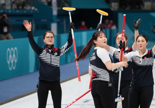 That the curling stone and broom are similar in appearance to a robot vacuum cleaner and a wireless vacuum cleaner are two reasons why many believe the curlers will cut a fine figure selling household cleaning electronics. (Image: Yonhap)