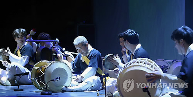 Shows that non-Korean speaking foreigners can typically watch with little or no difficulty are traditional arts performances and nonverbal or subtitled shows. (Image: Yonhap)