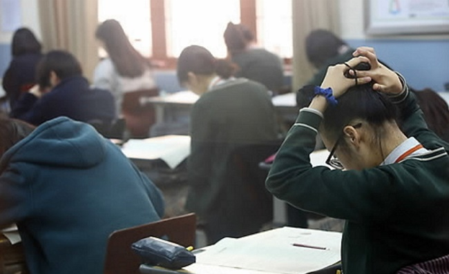 South Korean students at only 25 percent of the country's high schools now receive 150 minutes of PE classes each week, with the rest spending fewer than two and a half hours exercising at school. (Image: Yonhap)