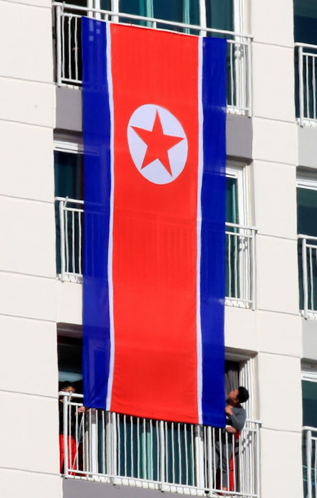 During the 2018 Winter Olympics, a massive North Korean flag that spanned the surface of three residential building floors was hung; compared to the previous spectacle, the flag displayed this time was relatively miniscule. (Image: Yonhap)