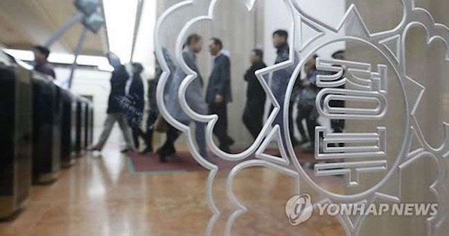 The number of people in their 30s who were newly employed in the public sector fell in 2016 from the previous year, government data showed Monday, despite the government and state-run companies lifting the age limit for new recruits. (Image: Yonhap)
